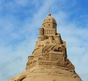 По мотивам АС. Граждане серьезные спешат строить город счастья из песка